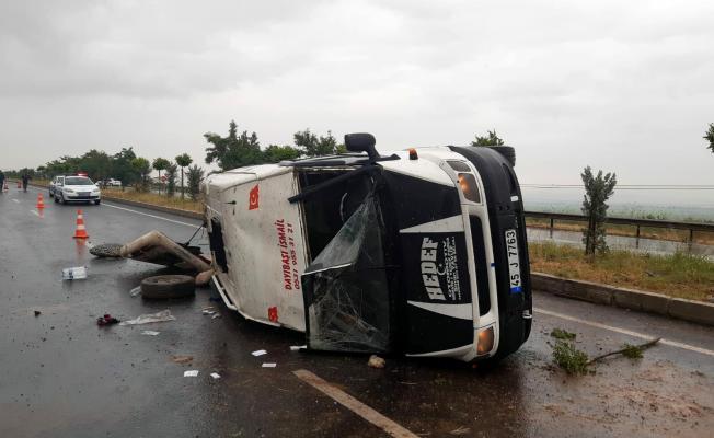 Manisa'da korkunç kaza! Tarım işçilerinin taşındığı minibüs devrildi! 2 kişinin durumu ağır..