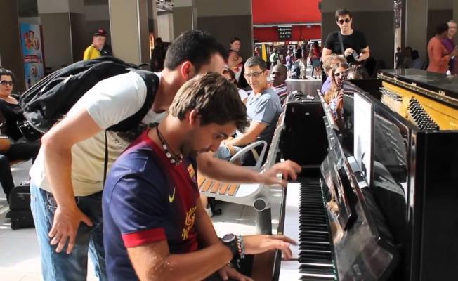Paris'te bir tren istasyonunda bulunan piyanonun başına bir genç oturuyor ve çalmaya başlıyor!