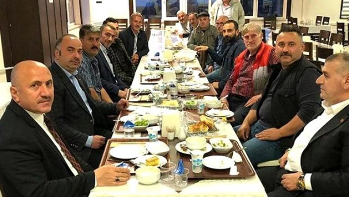 Yasaklara rağmen MHP'li Belediye Başkanı muhtarlarla iftarda bir araya geldi!