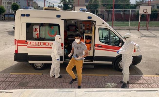 Koronavirüs tedavisi gören gençler ambulanslarla sınav salonuna götürüldü