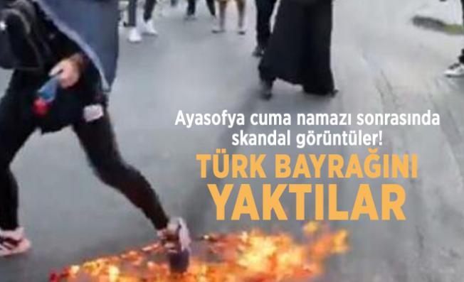 Ayasofya cuma namazı sonrasında skandal görüntüler! Türk Bayrağını yaktılar