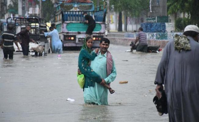 3 gün süren muson yağmurları 50 kişinin hayatına mal oldu!