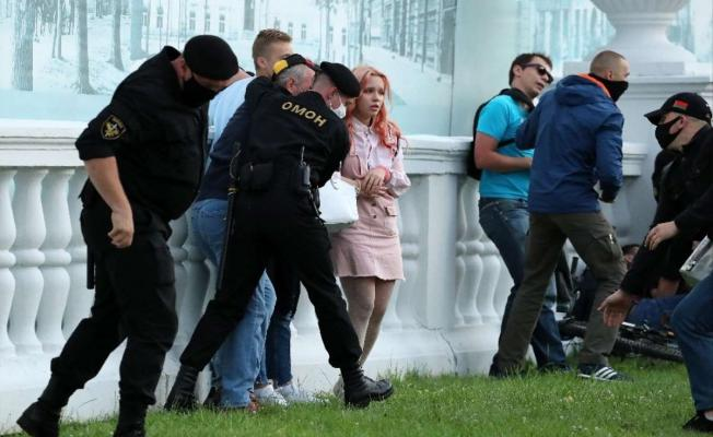 Belarus'ta şu anda yaşananlar inanılmaz! Sandıklar çalınıyor, muhalifler yaka paça gözaltına alınıyor!