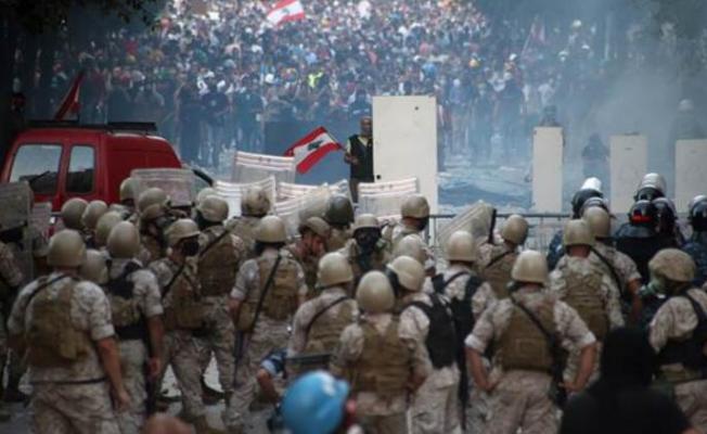 Beyrut'ta binlerce insan sokağa döküldü!