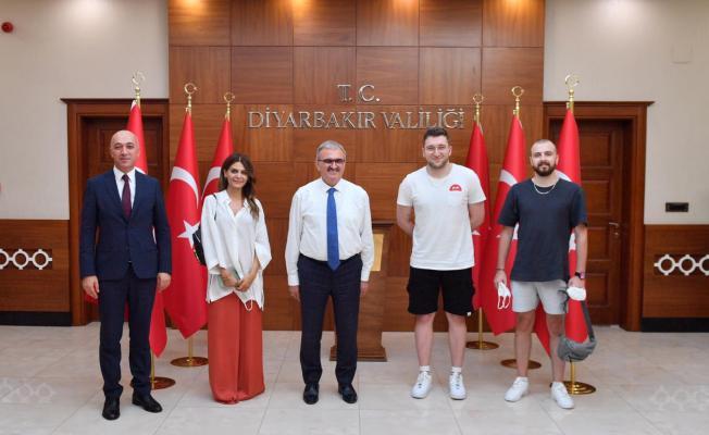Diyarbakır Valisi dahil ziyarete gelenler maskelerini takmadılar!