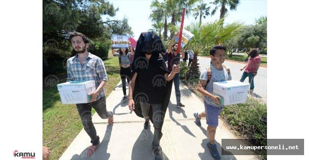 Akdeniz Üniversitesi Öğrencilerinden İlginç Protesto