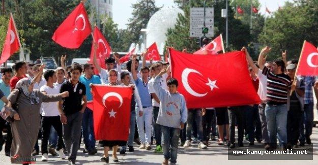 Asker ve Vatandaşlar Darbe Karşıtı Bir Yürüyüş Düzenledi