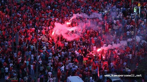 Kayseri'de Vatandaşlar Demokrasi Nöbetine Devam Ediyorlar