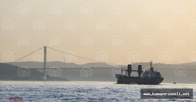 Rus askeri kargo gemisi İstanbul Boğazı'ndan Geçti