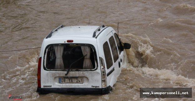 Son Dakika: Artvin'deki Sağanak Yağış Hayatı Olumsuz Etkiledi