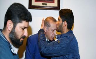 Suriye'li Baba Cumhurbaşkanı Erdoğan'ı Alnından Öptü