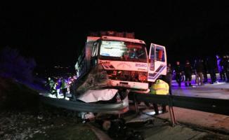 Adana-Mersin karayolunda vatandaşlar yardım etmek için duran polislere kamyon çarptı