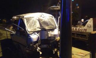 Aydın Nazilli'de direğe çarpan araçta bulunan 3 kişi yaralandı