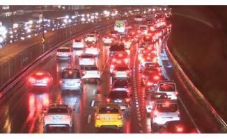 E-5'te akşam saatlerinde trafik durma noktasına geldi