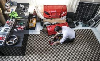 Hurda parçalarından güneş enerjisiyle çalışan otomobil yaptı