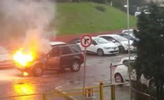 İstanbul Kağıthane'de Seyir halindeki bir cip alev alev yandı