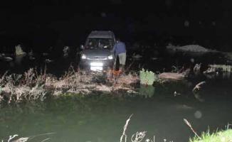 Samsun Bafra'da Kızılırmak Nehri'nde su seviyesi yükselinde araç içerisinde mahsur kaldılar
