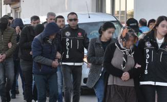 Adana'da uyuşturucu operasyonunda yakalanan 18 şüpheli adliyeye sevk edildi