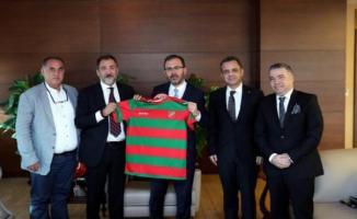 Bakan Kasapoğlu Karşıyaka Spor Kulübünü ziyaret etti