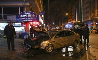 Ankara Altındağ'da bir otomobilin iki taksiye çarpması sonucu iki kişi yaralandı