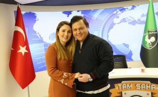 Televizyon kanal sunucusuna, canlı yayında sürpriz evlilik teklifi