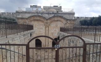 İsrail polisi Mescid-i Aksa'nın Rahmet Kapısı'na zincir vurdu