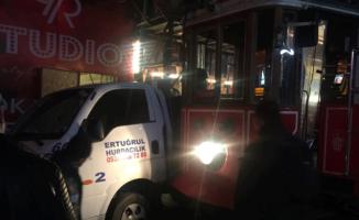 İstiklal Caddesi'nde tramvay ile kamyon kafa kafaya çarpıştı