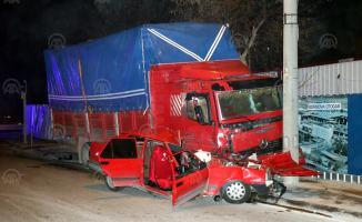 İzmir'de kamyon ile otomobilin çarpışması sonucu biri ağır 2 kişi yaralandı