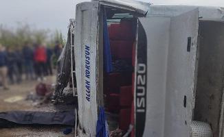 Mersin'de Feci Kaza! Tarım İşçilerini Taşıyan Midibüs Devrildi: 1 Ölü, 15 Yaralı