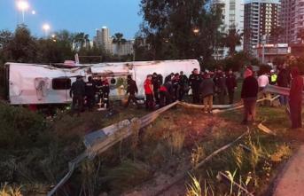Adana'da Yolcu Otobüsü Devrildi! 2 Kişi Öldü, 23 Kişi Yaralandı