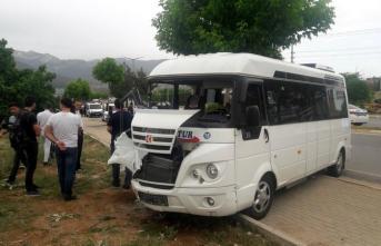 Denizli'de öğrencileri taşıyan midibüs ile araç çarpıştı! Yaralılar var...