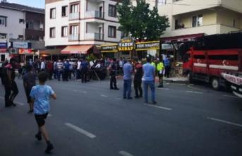 İstanbul Sultanbeyli'de Korkunç Kaza! Kamyon Vatandaşlara Çarparak Dükkana Daldı!