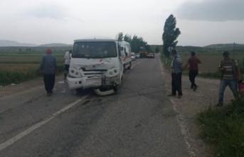 Öğrenci Servisi İle Traktör Çarpıştı! 13 Öğrenci Yaralandı