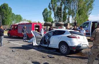 Van'da Otomobille İş Makinesi Çarpıştı! 3 Kişi Öldü, 6 Yaralı