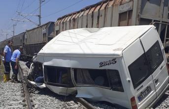 Mersin'in Tarsus İlçesinde Tren, Minibüse Çarptı! 1 Ölü, 8 Yaralı Var
