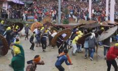 Hindistan'ın Uttrakhand Eyaletinde Düzenlenen Taş Atma Festivalinde Şok Olay! 100 Kişi Yaralandı