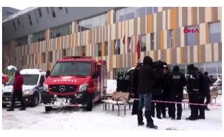 Son Dakika! Van'da bir poliklinik girişindeki cam tavan çöktü! 9 yaralı