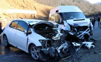 Zonguldak-Ankara karayolunda feci kaza! Minibüsle otomobil kafa kafaya çarpıştı