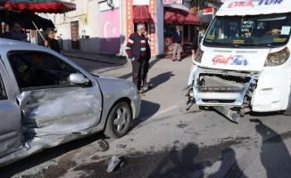Sakarya'nın Adapazarı ilçesinde, okul servisi kaza yaptı! 4'ü çocuk 6 kişi yaralandı