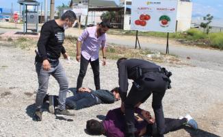 Antalya'da iki genç ceza yememek için ortalığı birbirine kattı!