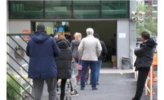Sokağa çıkma yasağı öncesi alışveriş yapacaklar dikkat! Alışveriş kuyruğu sokaklara taştı!