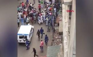 Hindistan'da şaşırtan görüntü! Koronavirüs yasaklarına uymayan halk polisi taşlarla kovaladı!