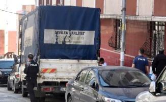İstanbul Sultangazi'de nakliye işi yapan bir kişi kendini kamyonetinin kasasına astı!