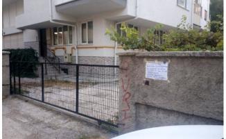 Kapısına çöp attırmamak için duvara öyle bir yazı yazdı ki.. Bir daha kimse çöp atamadı!