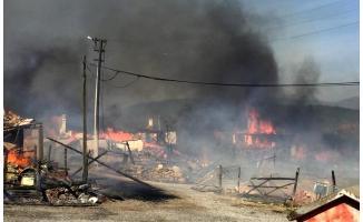 Korkutan yangın! Rüzgarın etkisiyle bütün köyü etkisi altına aldı!