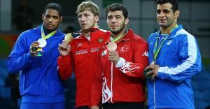 Güreşte İki Kategoride Madalyalar Dağıtıldı
