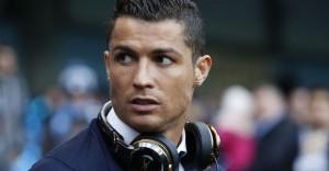 Ronaldo Gazetecinin Mikrofonuınu Göle Fırlattı