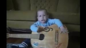 Müziğe hevesli çocuk