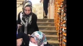 Annesini merdivenden iten kız