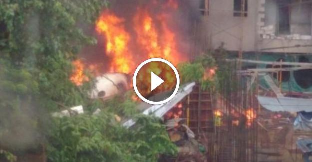 Hindistan'da Uçak Düştü Düştü! Ölü ve Yaralılar Var